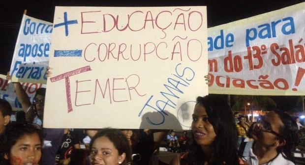 Manifestantes fazem ato contra Temer durante desfile em Porto Velho